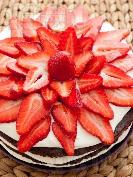 Tорта с какаови блатове, бял крем от маскарпоне, сметана и кондензирано мляко и украса от пресни ягоди - снимка на рецептата